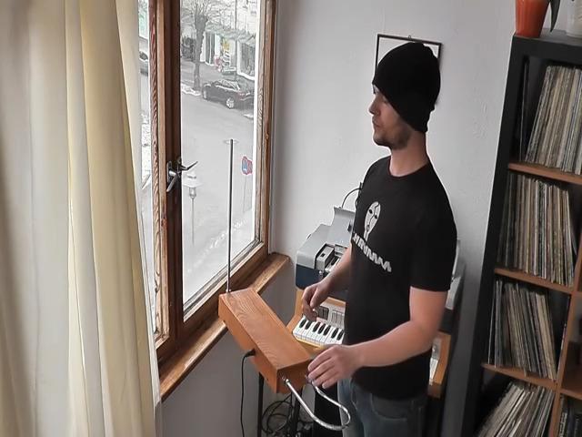 Um cara e o seu theremin